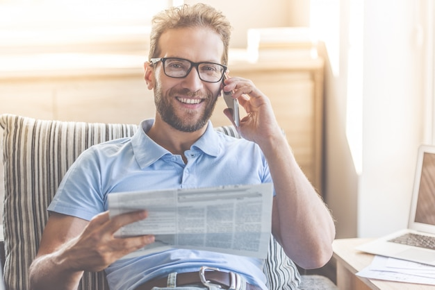 Hübscher junger geschäftsmann liest zeitung Premium Fotos