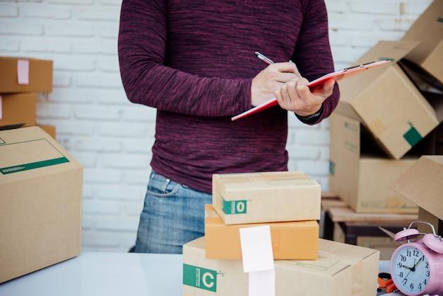 Hübscher junger mann, der mit papieren arbeitet Kostenlose Fotos