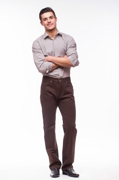 Hübscher junger mann im hemd beim stehen gegen weiße wand Kostenlose Fotos