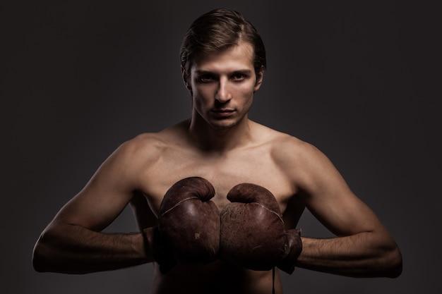 Hübscher kerl in boxhandschuhen Kostenlose Fotos