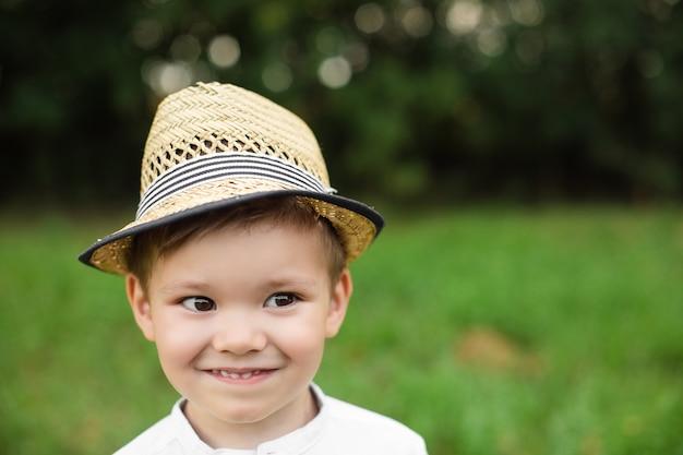 Hübscher kleiner kaukasischer junge in stilvoller kleidung geht spazieren Premium Fotos