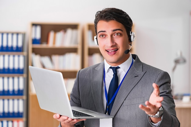 Hübscher kundendienstsekretär mit kopfhörer Premium Fotos