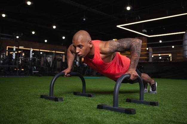 Hübscher männlicher afrikanischer athlet, der an der turnhalle ausarbeitet Premium Fotos