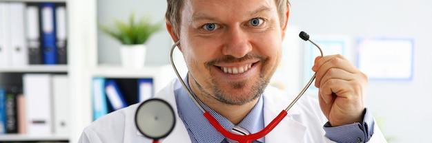 Hübscher männlicher arzt legte auf stethoskopporträt Premium Fotos