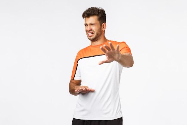 Hübscher männlicher athlet im sportt-shirt Premium Fotos