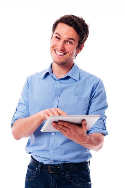 Hübscher mann, der ein digitales tablett verwendet Kostenlose Fotos