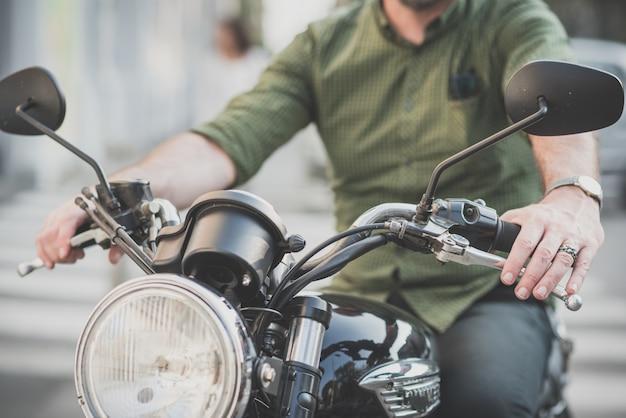 Hübscher mann mittleren alters motorradfahrer Premium Fotos