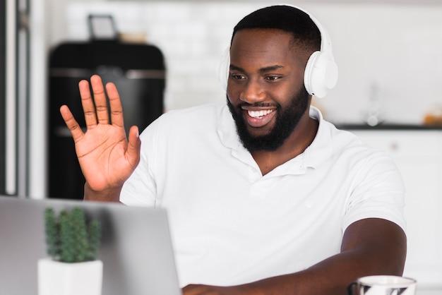 Hübscher mann videoanruf mit freunden Kostenlose Fotos
