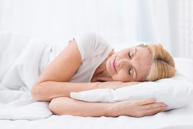 Hübsches älteres frauenschlafen der nahaufnahme Kostenlose Fotos