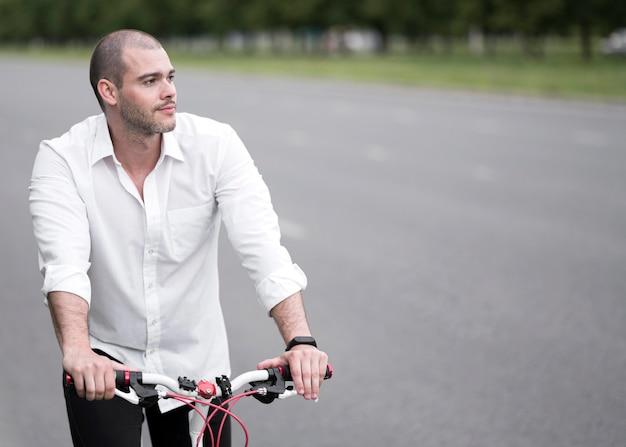 Hübsches erwachsenes männliches fahrradfahrrad im freien Kostenlose Fotos