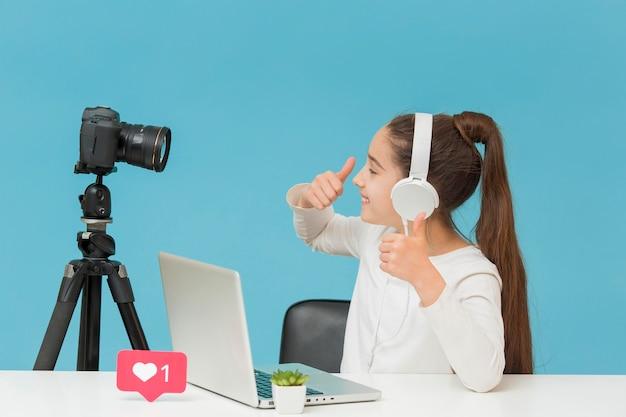 Hübsches junges mädchen, das glücklich ist, video aufzunehmen Premium Fotos