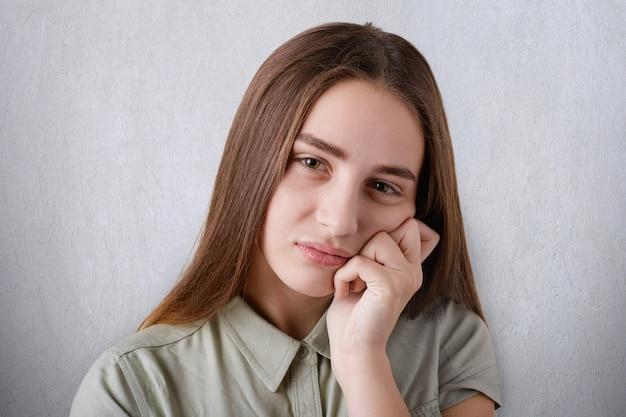 Hübsches mädchen braune haare 13