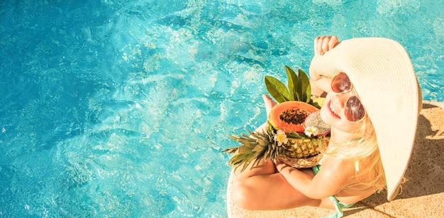 Hübsches kleines mädchen im schwimmbad, sommerferien. Premium Fotos