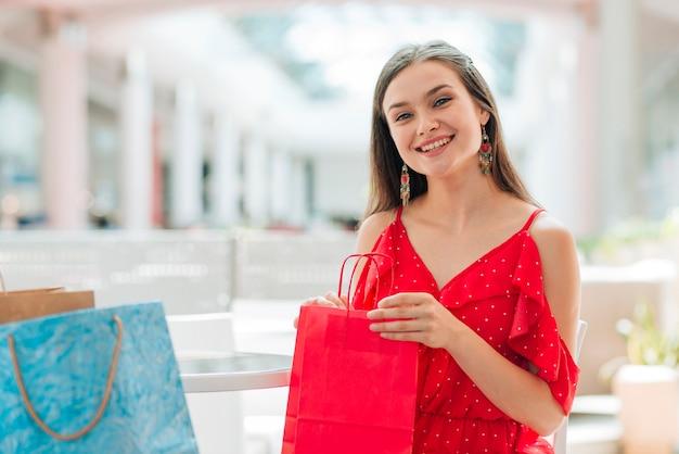 Hübsches mädchen, das im einkaufszentrum aufwirft Kostenlose Fotos