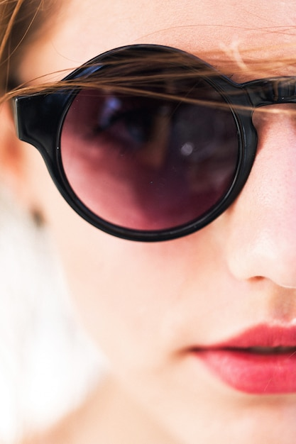 Hübsches mädchen in runden sonnenbrillen Kostenlose Fotos