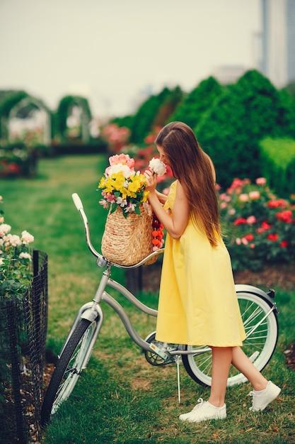 Hübsches mädchen mit fahrrad Kostenlose Fotos