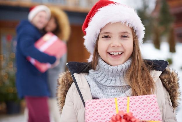 Hübsches mädchen mit weihnachtsgeschenk Kostenlose Fotos