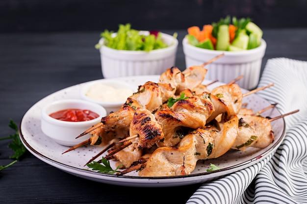 Hühnchen-schaschlik mit frischem gemüse Premium Fotos