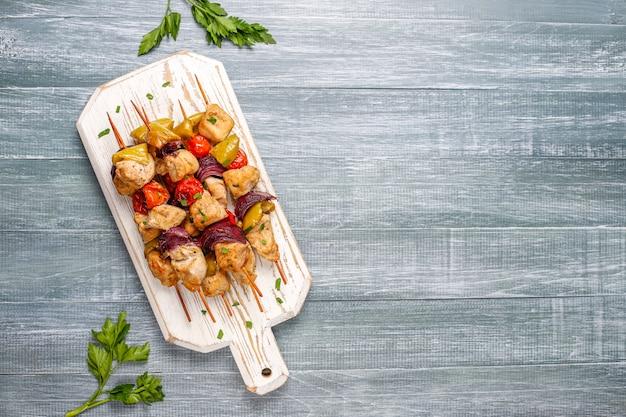 Hühnchen-schaschlik mit gemüse, ketchup, mayonnaise Kostenlose Fotos