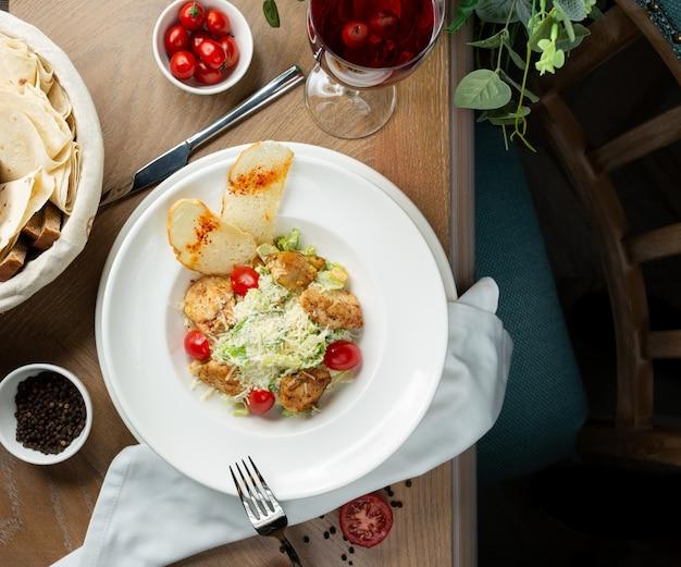 Hühner-caesar-salat mit crutones und gemüse Kostenlose Fotos
