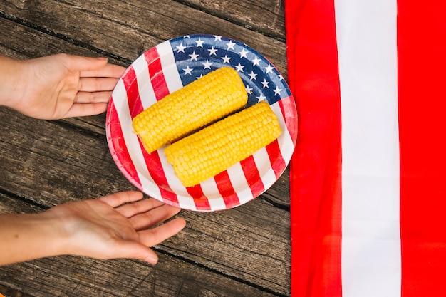Hühneraugen auf platte mit amerikanischer flagge Kostenlose Fotos
