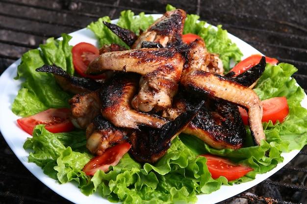 Hühnerbeine auf dem grill mit gemüse Kostenlose Fotos