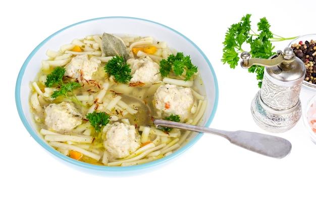 Hühnerbrühe mit eiernudeln und fleischbällchen. Premium Fotos