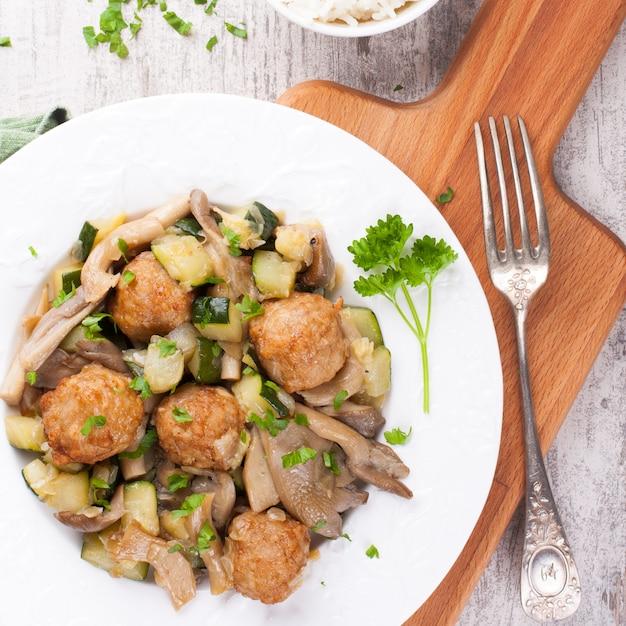 Hühnerfleischklöschen mit austernpilzen Premium Fotos