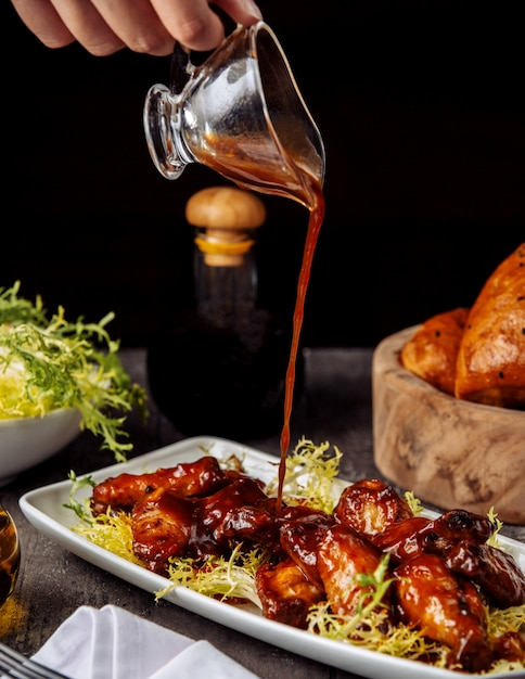 Hühnerflügel unter barbecue-sauce Kostenlose Fotos