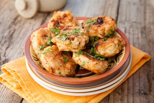 Hühnerschnitzel. hausgemachtes essen. gesundes essen kochen. rustikales brett. Premium Fotos