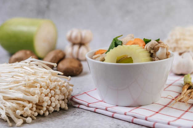 Hühnersuppe mit mais, shiitake-pilz, enoki-pilz und karotte. Kostenlose Fotos