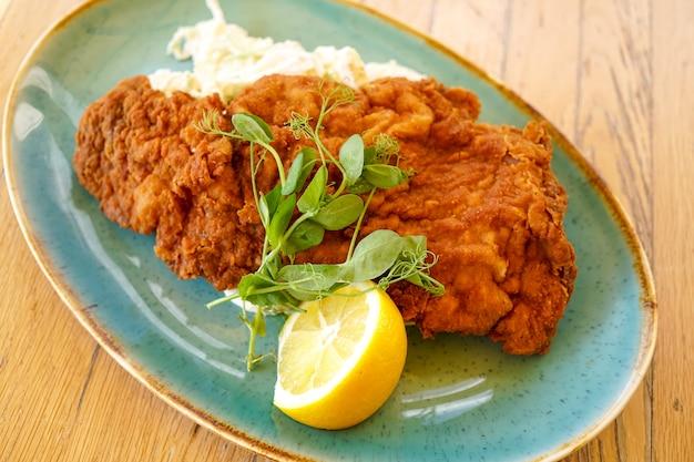 Hühnerteller auf einer restauranttabelle Premium Fotos