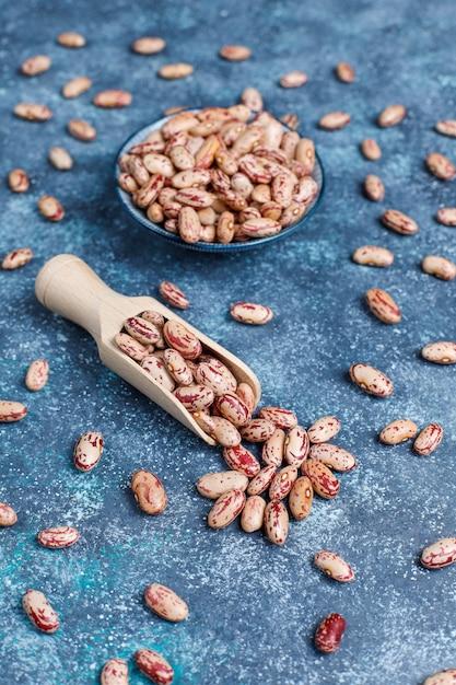 Hülsenfrucht- und bohnenzusammenstellung in den verschiedenen schüsseln auf heller steinoberfläche. ansicht von oben. gesunde vegane proteinnahrung. Kostenlose Fotos