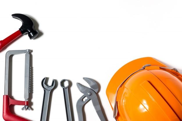 Hüte, ingenieure und techniker sind werkzeuge und werden in der finanzplanung verwendet. Premium Fotos