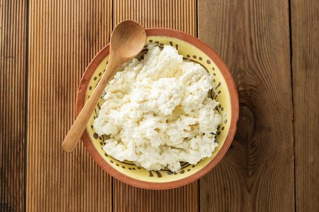 Hüttenkäse. milchprodukte, kalzium und eiweiß. Premium Fotos