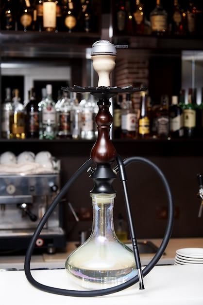 Hukanahaufnahme auf dem hintergrund der bar im restaurant. Premium Fotos