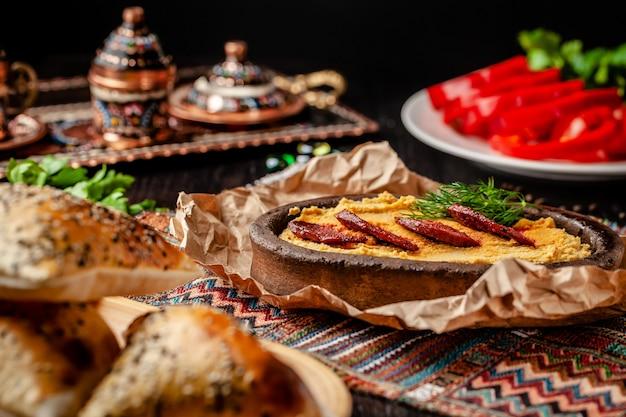 Hummus mit salamiwurst. Premium Fotos