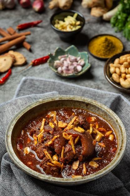 Hunglae curry mit gewürzen und schweinefleisch, lokales essen in nordthailand. Kostenlose Fotos