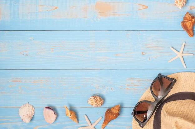 Hut, sonnenbrille und oberteil auf blau Premium Fotos