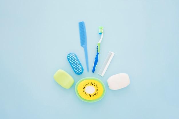 Hygienisches zubehör des jungen auf blauer oberfläche Kostenlose Fotos