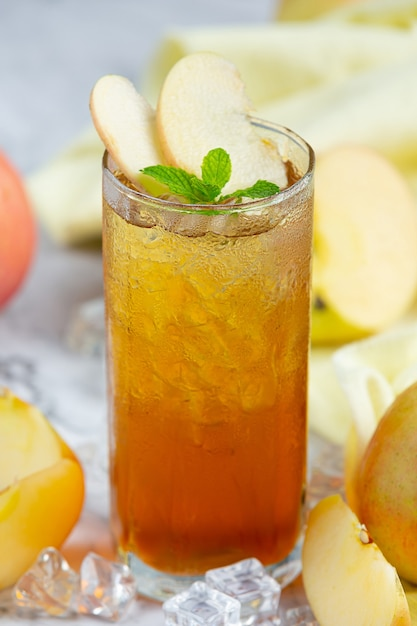 Iced apple tea drink mit frischen äpfeln. Kostenlose Fotos