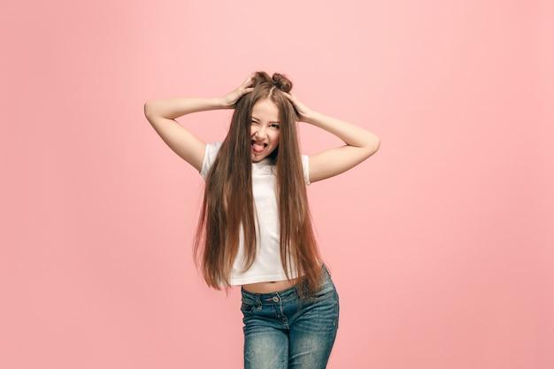 Ich habe den verstand verloren. das jugendlich mädchen mit seltsamem ausdruck. schönes weibliches halblanges porträt lokalisiert auf rosa studiohintergrund. der verrückte teenager. die menschlichen emotionen, gesichtsausdruck konzept. Kostenlose Fotos
