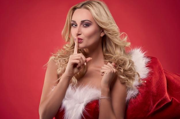 Ich habe dir etwas unter dem weihnachtsbaum gelassen Kostenlose Fotos