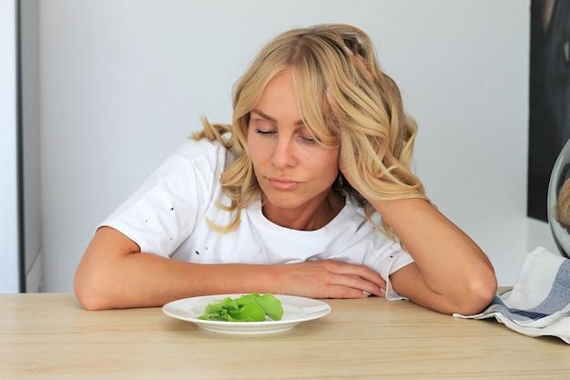 Ich habe es satt, unangenehmen, ekelhaften salat zu essen. Premium Fotos