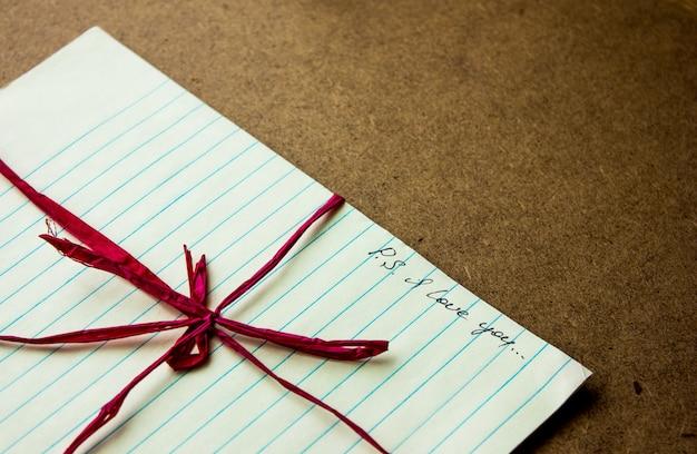 Ich liebe dich handschrift schriftzug auf zettel am arbeitsplatz oder tisch. valentinstag postkarte. liebeskonzept für muttertag mit platz für text Premium Fotos
