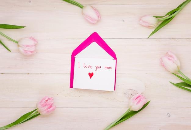 Ich liebe dich mama inschrift mit umschlag und tulpen Kostenlose Fotos