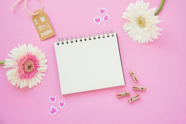 Ich liebe dich mutter inschrift mit gerbera blumen und notizbuch Kostenlose Fotos