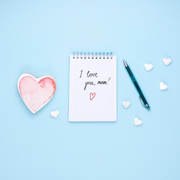 Ich liebe dich mutteraufschrift auf notizblock mit herzen Kostenlose Fotos