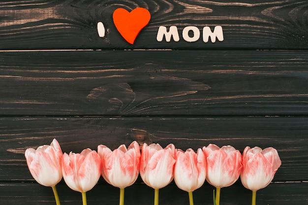 Ich liebe mutteraufschrift mit tulpen auf tabelle Kostenlose Fotos