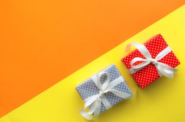 Ideen der feierparty-hintergrundkonzepte mit bunter geschenkbox Premium Fotos